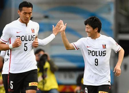 川崎―浦和 後半、決勝ゴールを決め笑顔の浦和・武藤(右)=等々力