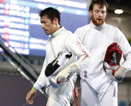 男子エペ3回戦 ドイツ選手(右)に敗れた見延和靖=リオデジャネイロ(共同)