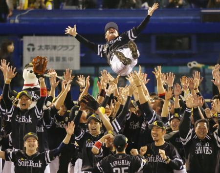 日本シリーズで2連覇を果たし、工藤監督を胴上げして喜ぶソフトバンクナイン=2015年10月、神宮球場