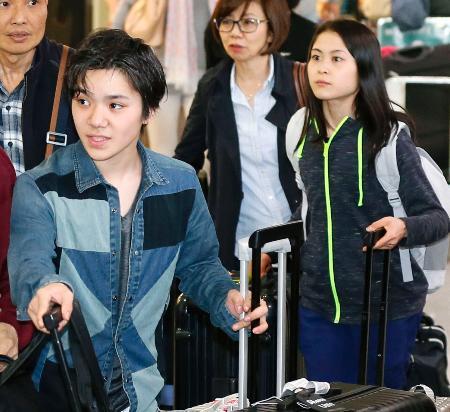 米国から帰国した宇野昌磨(左)と宮原知子=26日午後、成田空港
