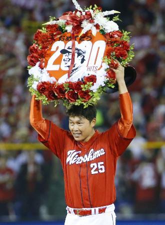 ヤクルト戦で通算2千安打を達成し、ファンの声援に応える広島の新井貴浩内野手=26日、神宮球場
