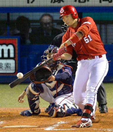 7回広島2死満塁、鈴木がこの試合自身2本目となる本塁打を左越えに放つ。捕手中村=神宮