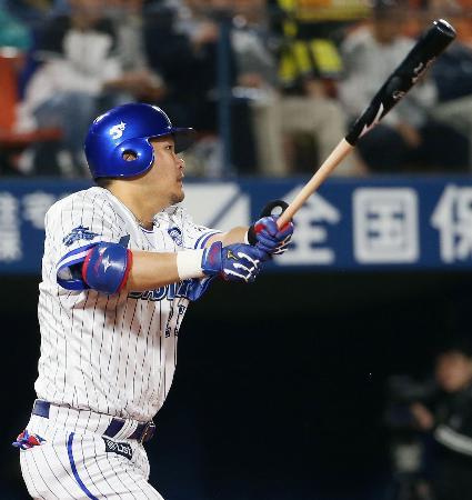 6回DeNA無死、筒香が中越えに本塁打を放つ=横浜