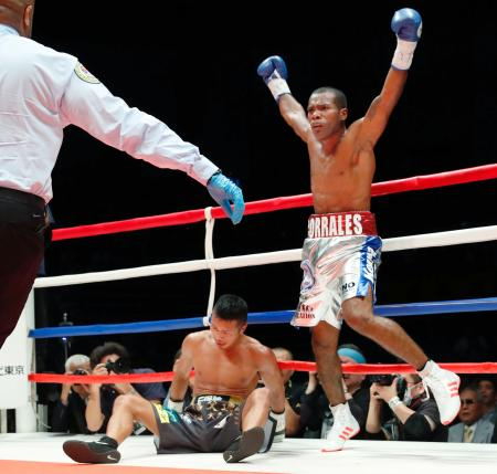 2回、ジェスレル・コラレス(右)にKO負けし、12度目の防衛に失敗した内山高志=大田区総合体育館