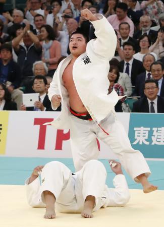柔道の全日本選手権で上川大樹(下)を破って優勝し、ガッツポーズの王子谷剛志=29日、東京・日本武道館