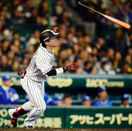 5回阪神無死一塁、陽川が中越えに2ランを放つ=甲子園