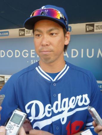 次回登板が決まり、記者の質問に答えるドジャース・前田=ロサンゼルス(共同)