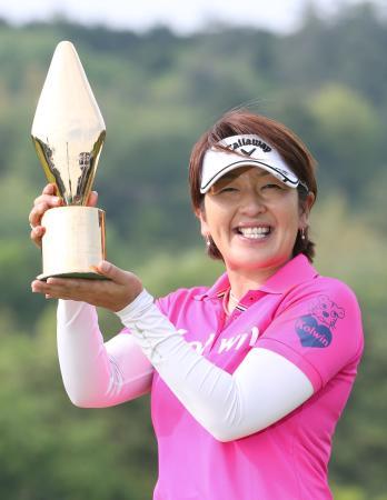 プレーオフを制してツアー初優勝を果たし、笑顔の福嶋浩子=グランフィールズCC