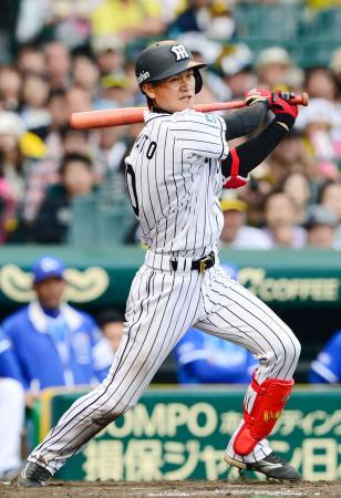 8回阪神2死一、三塁、大和が決勝の右前打を放つ=甲子園