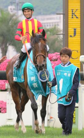 香港競馬のG1レース、チャンピオンズマイルを制したジョアン・モレイラ騎乗のモーリス=シャティン競馬場(共同)