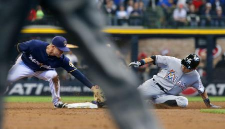 ブルワーズ戦の3回、左への安打を放ち二塁へ滑り込むマーリンズのイチロー=ミルウォーキー(共同)