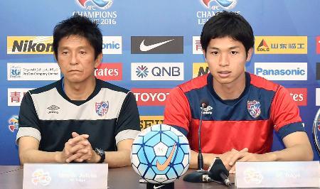 記者会見するFC東京の城福監督(左)と森重=3日、ビンズオン(共同)