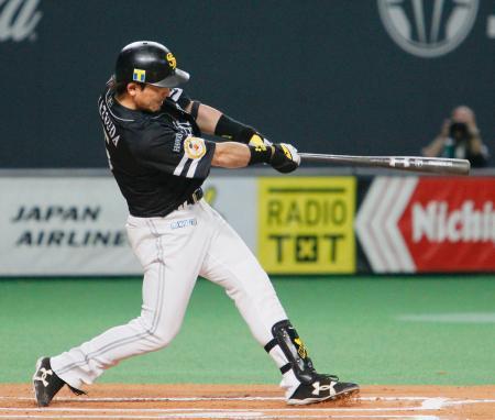 10回ソフトバンク無死、松田が左越えに決勝の本塁打を放つ=札幌ドーム