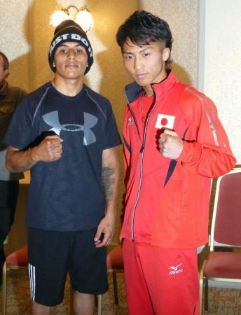 予備検診を終え、ポーズをとるWBOスーパーフライ級王者の井上尚弥(右)と挑戦者のダビド・カルモナ=5日、東京都内のホテル