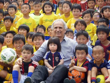 子どもたちに囲まれるサッカー日本代表のハリルホジッチ監督=5日午後、熊本県甲佐町