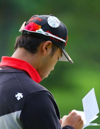 米男子ゴルフツアー大会の会場で、熊本地震の被災者を応援するバッジを着けてプレーする松山英樹選手=5日、米ノースカロライナ州シャーロット(共同)