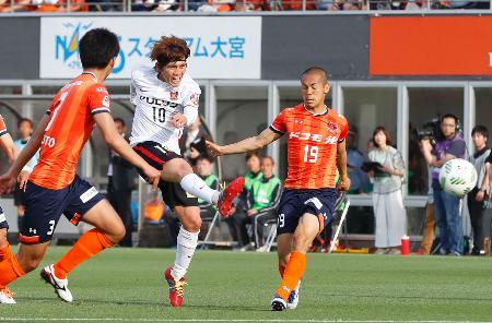大宮―浦和 前半、先制ゴールを決める浦和・柏木(10)=NACK5