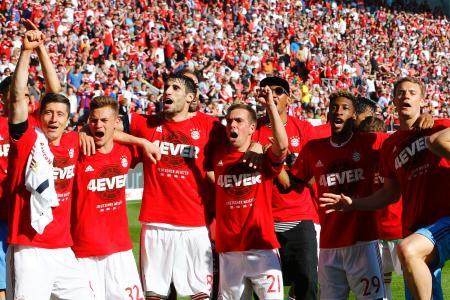 ドイツ1部リーグで史上初の4連覇を決め、喜ぶバイエルン・ミュンヘンの選手=7日、インゴルシュタット(AP=共同)