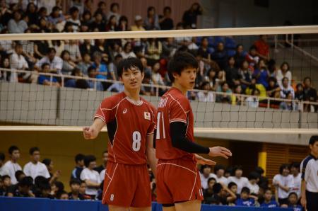 紅白戦でプレーするバレー男子の柳田(左)と石川=沖縄市体育館(共同、2016年4月17日)