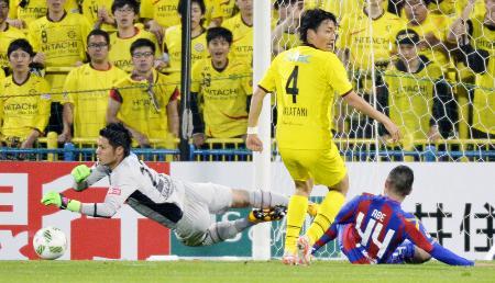 柏―FC東京 前半、FC東京・阿部(右)のシュートを阻む柏・GK中村=柏