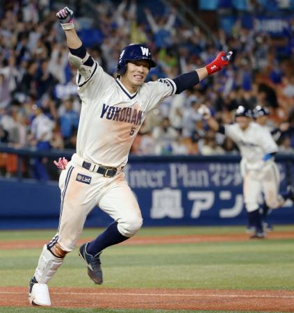 10回、サヨナラ打を放ち、ガッツポーズで一塁に向かうDeNA・倉本=横浜