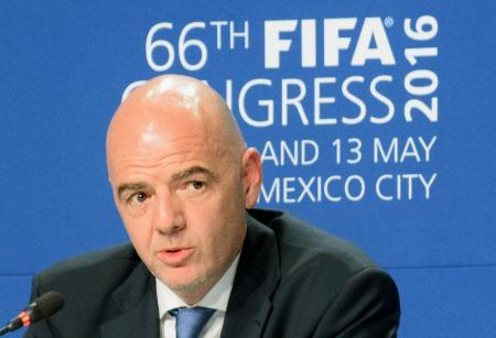 記者会見で質問に答えるFIFAのインファンティノ会長=13日、メキシコ市(共同)