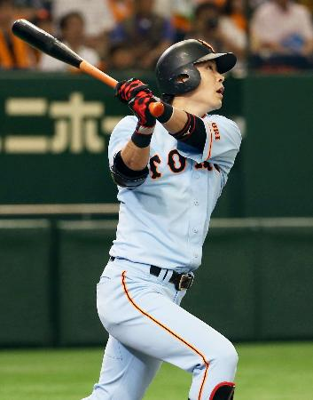 2回巨人無死二塁、亀井が右越えに勝ち越しの2ランを放つ=東京ドーム