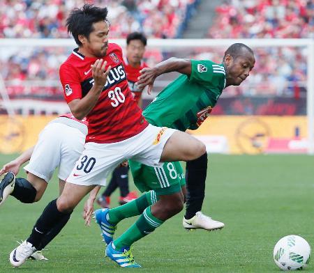 浦和―新潟 後半、競り合う浦和・興梠(左)と新潟・レオシルバ=埼玉スタジアム