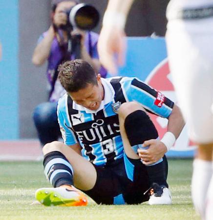 川崎―神戸 前半、スライディングで相手選手と交錯した際に脚を負傷し、ピッチに座り込む川崎・奈良=等々力