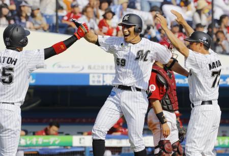 6回、満塁本塁打を放ち大喜びで生還するロッテ・細谷(中央)=QVC