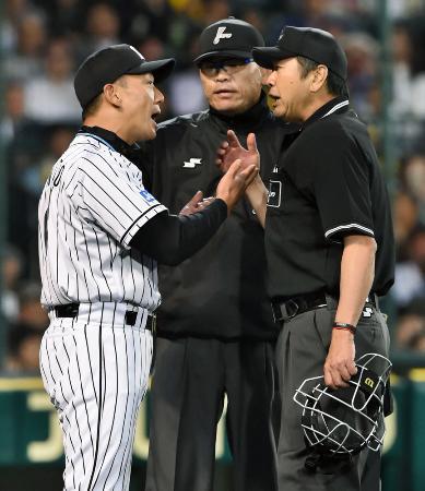 「コリジョンルール」適用で判定が覆り、抗議する阪神の金本監督=甲子園