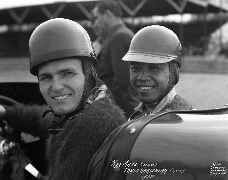 1935年にインディ500に初出場した際のヒラシマ(右)とメイズ。アダムズ製の車体とミラー製エンジンでポールポジションの快挙だった。(インディアナポリス・モータースピードウエー提供=共同)