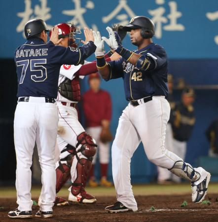 8回、2ランを放ち、佐竹コーチ(左)とタッチするオリックスのブランコ=秋田