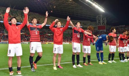 FCソウルに勝利し喜ぶ宇賀神(左から3人目)ら浦和イレブン=埼玉スタジアム