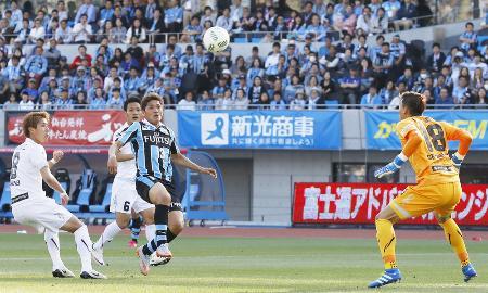 川崎―神戸 後半、勝ち越しゴールを決める川崎・大久保(左から3人目)=等々力