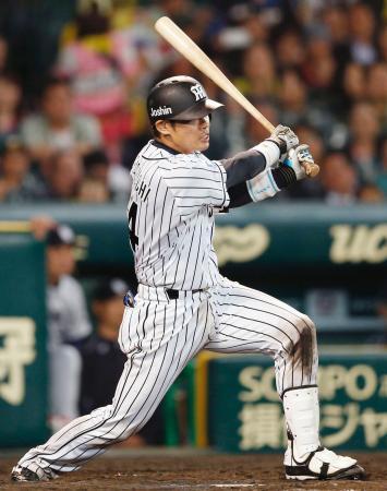 9回阪神1死満塁、原口が中越えにサヨナラ打を放つ=甲子園
