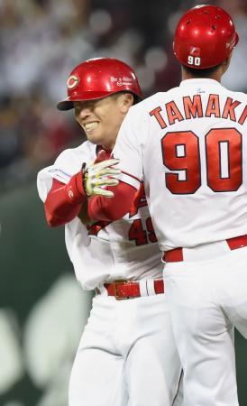 10回、サヨナラ打を放ち、玉木コーチ(90)と抱き合って喜ぶ広島・天谷=マツダ