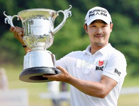通算6アンダー、日本ツアー初出場で優勝を果たした趙炳旻=橋本CC
