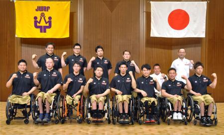 リオデジャネイロ・パラリンピックの車いすバスケットボール男子の日本代表に内定した藤本主将(後列左端)、香西(前列左端)ら12選手と及川晋平監督(後列右端)ら=22日夜、東京都港区