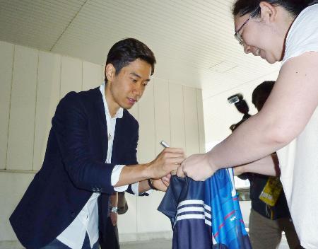 シーズンを終えて帰国し、ファンにサインをするドルトムントの香川=23日、羽田空港