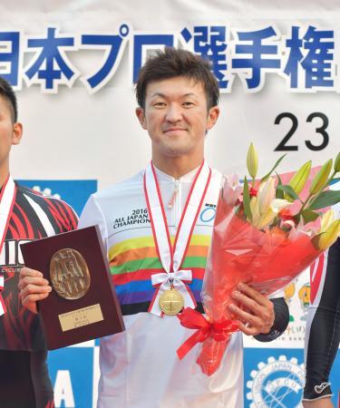 スプリントで4連覇を達成し、笑顔の中川誠一郎=伊東温泉競輪場