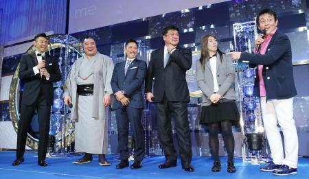 トークセッションで盛り上がる北島康介氏(左端)=23日、東京都内のホテル(代表撮影)
