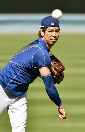 キャッチボールをするドジャース・前田=ロサンゼルス(共同)