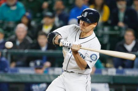 アスレチックス戦の9回、左翼線二塁打を放つマリナーズの青木=シアトル(AP=共同)