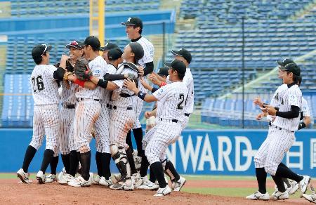 東都大学野球春季リーグで優勝し喜ぶ亜大ナイン=神宮