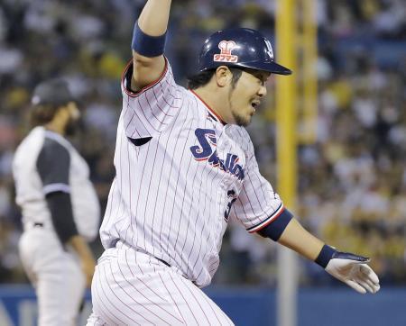 9回、サヨナラ打を放ち、笑顔で一塁へ向かうヤクルト・畠山。左は阪神の投手マテオ=神宮