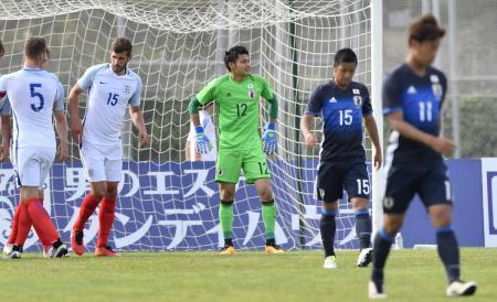 日本―イングランド 前半、PKで先制を許し肩を落とすGK中村(中央)ら=トゥーロン(共同)