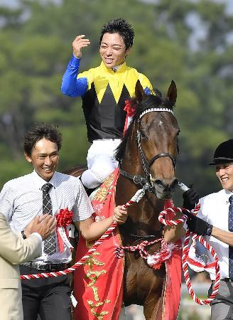 第83回日本ダービーを制したマカヒキと川田将雅騎手=東京競馬場