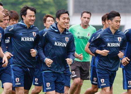 調整する(手前右から)香川、(1人おいて)長谷部、岡崎ら=愛知県内