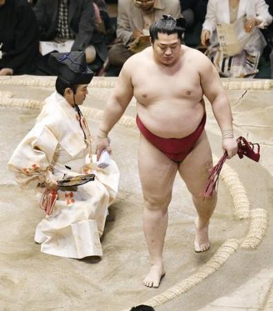 大相撲夏場所12日目、大砂嵐を押し出しで破った遠藤=両国国技館(共同)